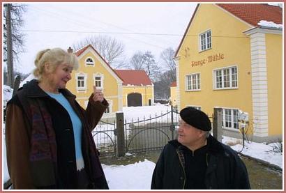 christina und peter klausch vor ihrem vierseithof in br nitz nach einer erbschaftskl rung. Black Bedroom Furniture Sets. Home Design Ideas